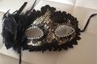 Черная венецианская маска с цветком